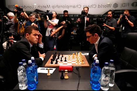 Magnus Carlsen (vas.) ja Fabiano Caruana aloittivat MM-pelit 9. marraskuuta.