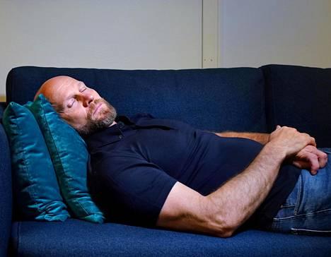 Lääkäri Henri Tuomilehto elää itse niin kuin opettaa ja nukkuu paljon.