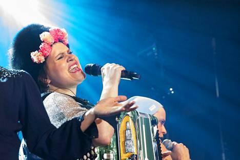 Suistamon Sähkö, muusikkonaan muun muassa Anne-Mari Kivimäki, hyppyyttivät yleisöä marraskuussa 2017 Etnogaalassa. Ensi syksynä yhtye esiintyy uudella folkfestivaalilla.
