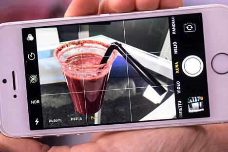 Puhelimen kameran ruudukko auttaa kuvan sommittelussa. Ruudukon saa päälle puhelimen asetuksista.