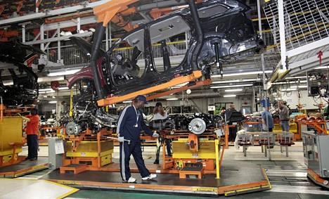 Työntekijät kokoavat Jeep Grand Cherokee -malleja Detroitissa. Jeep on yksi Chryslerin merkeistä.