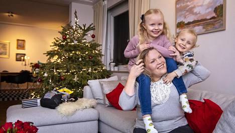 Joulu on Kaisa Vaasjoki-Mustoselle tärkeä juhla, ja siksi myös Brysselin-koti on puettu jouluasuun ajoissa. Lapset Ella ja Max Mustonen odottavat, että joulupukki tulisi koronasta huolimatta käymään.