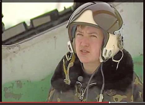 Helikopterilentäjä Nadija Savtšenko palveli Irakin sodassa vuosina 2004–2005. Ennen sotilasuraansa hän työskenteli muotisuunnittelijana. Kuva on otettu Youtube-videolta.