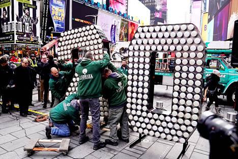 Työntekijät rakensivat 2020-valotaulua Times Squarella New Yorkissa joulukuussa.
