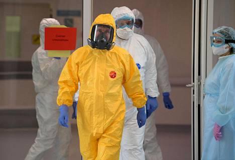 Venäjän presidentti Vladimir Putin vieraili tiistaina Moskovan ulkopuolella sijaitsevassa sairaalassa, jossa hoidetaan koronaviruksen saaneita potilaita.
