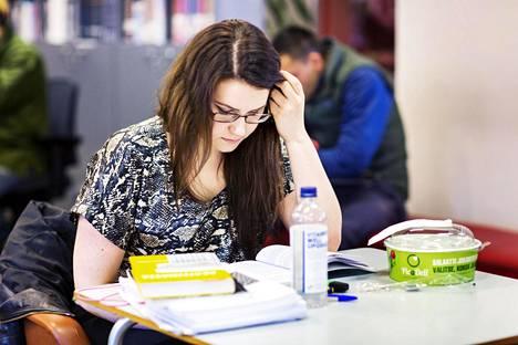 Mikaela Gardemeister luki pääsykokeisiin Postitalon kirjastossa viime vuoden huhtikuussa.