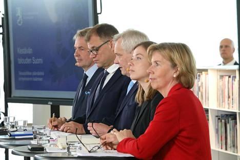 Hallituspuolueiden puheenjohtajat Oodin tiedotustilaisuudessa maanantaina.