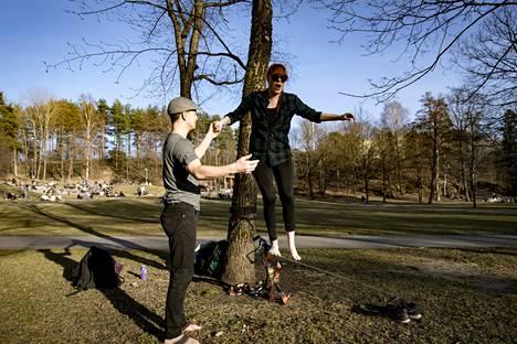 Norbert Molle ja Vilme Reen harjoittelivat slack linellä. Norbert on harrastanut pari vuotta lajia, tänään oli tämän vuoden ensimmäinen kokeilu. Vilmelle kerta oli ensimmäinen aikuisiällä.