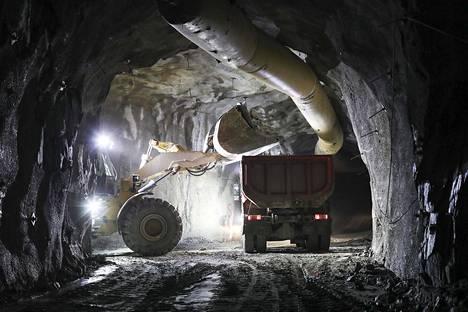 Dragon Miningin kultakaivos Orivedellä on ollut julkisuudessa muun muassa ympäristöasioiden hoidosta. Malmia lastattiin pyöräkuormaajalla kuormurin lavalle tammikuussa 2019.