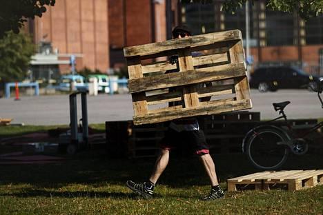 Monia Suomen kesän festivaaleja ja urheilutapahtumia rakennetaan talkoovoimin. Kuva Helsingin Suvilahdesta, jossa valmistudutaan Flow-festivaaliin.