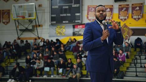 Stocktonin nuori demokraattipormestari Michael Tubbs on kotoisin vaatimattomista oloista. Virassaan hän on muun muassa panostanut koulutukseen sekä painottanut ruohonjuuritason vaikuttamista.