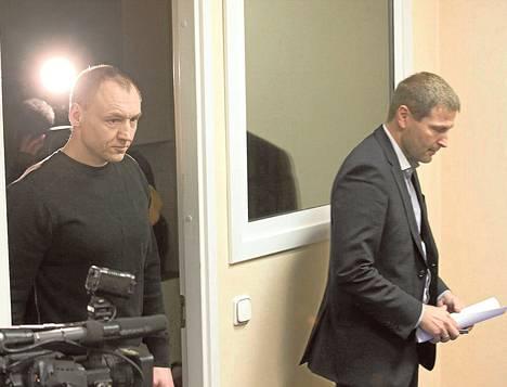 Eston Kohver (vas.) saapui lauantaina lehdistötilaisuuteen Viron sisäministerin Hanno Pevkurin kanssa.
