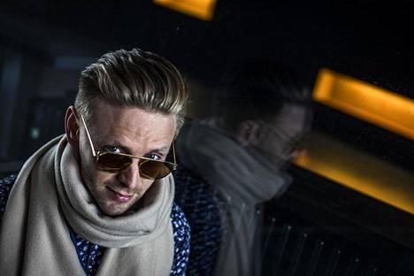 Reino Nordin luottaa pukeutumisessaan tyylikkäisiin vaatteisiin ja aurinkolaseihin.