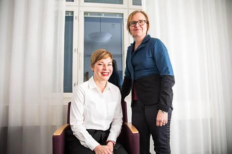 Oikeusministeriön viestinnässä toteutettiin anonyymi rekrytointi. Kuvasssa palkattu Johanna Askolin-af Ursin (vas.) sekä oikeusministeriön viestintäpäällikko Kati Pärnänen.