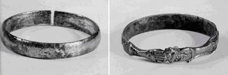 """Vasemmalla on sileä pronssisormus ja oikealla kullattu """"ystävyyssormus"""", jossa kaksi kättä pitelee sydäntä. Kuvat ovat poliisin välittämiä."""