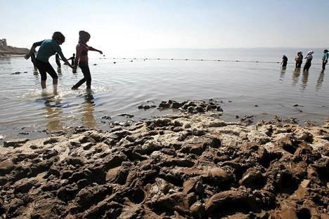 Uimarit kahlasivat Kuolleessameressä Jordaniassa marraskuussa 2011.