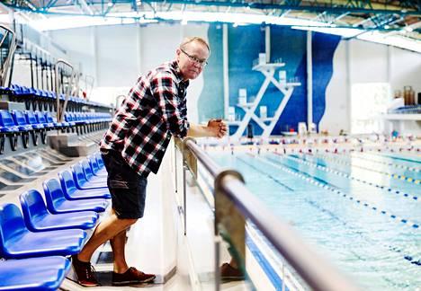 """""""Jaettu ilo on valmentamisen suola"""", sanoo viisiotteluvalmentaja Jouko Pakarinen Mäkelänrinteen uintikeskuksessa. """"Kun urheilija onnistuu, on itsekin onnistunut."""""""