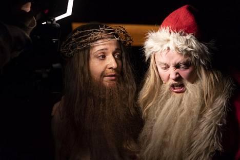 Noora Dadu on Jeesus ja Laura Rämä pukki Kiasma-teatterin Jouluevankeliumissa.