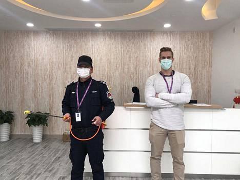 Jussi Karppisen (oik.) työpaikalla Wuxissa yksi vartijoiden työtehtävistä on puhdistaa toimisto desinfioivalla sumutteella.
