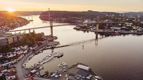 Niemimaan eteläpäässä Brevikissä laivan pitää alittaa kaksi siltaa.
