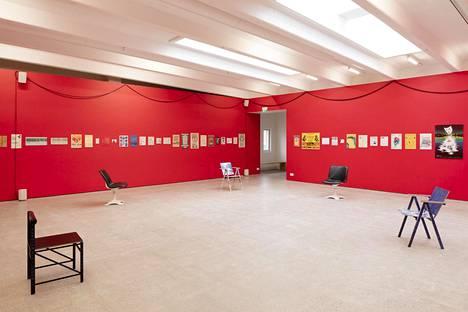 Näkymä Charlie Morrown näyttelystä A Gathering.