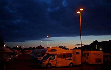 Sairaalan parkkipaikalla on useita sairaalahenkilökunnan väliaikaismajoittumiseen käyttämiä asunto-autoja.