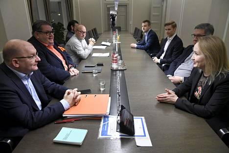 Teollisuusliiton puheenjohtaja Riku Aalto (vasemmalla) ja Teknologiateollisuuden työmarkkinajohtaja Minna Helle (oikealla) neuvottelivat työmarkkinakierroksen päänavaajana toimivaa sopimusta joulukuussa.