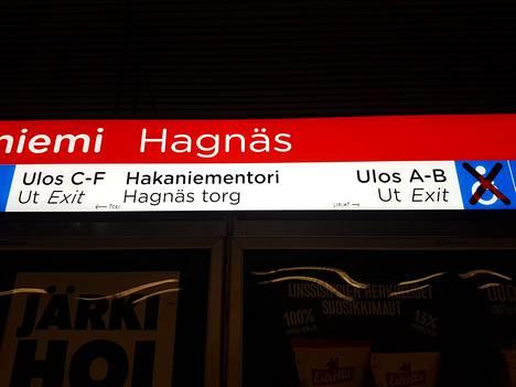 Joku on täydentänyt tussilla Hakaniemen metroaseman opastetta.