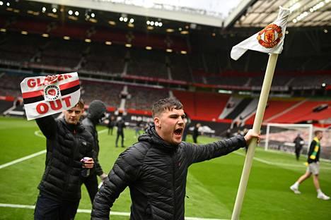 Kannattajat osoittivat mieltään sekä Old Trafford -stadionilla että sen ulkopuolella.
