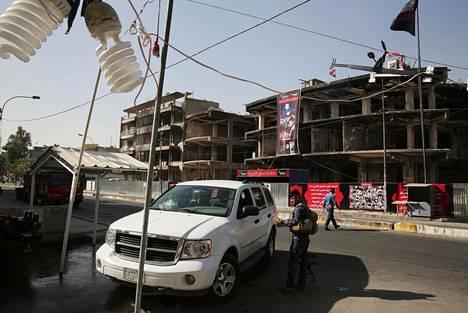 Aseistautuneet poliisit vartioivat joka puolella Bagdadia. Taustalla Karradan ostoskeskus, joka tuhoutui heinäkuussa suuressa terrori-iskussa.