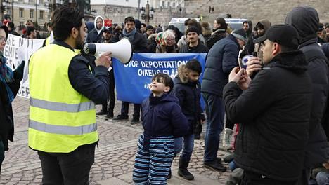 Bashar Malouh puhui keskiviikkona mielenosoittajajoukolle. 7-vuotias Abdollah Algnabe keskittyi leikkimiseen.