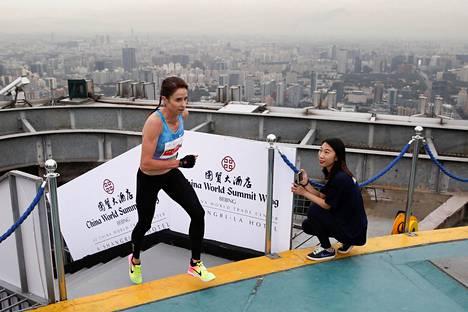 Australian Suzy Walsham juoksi voittoon Kiinassa Wing-rakennuksen porrasjuoksukisassa.