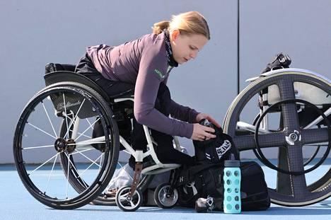 Amanda Kotaja valmistautuu kelaukseen Leppävaaran urheilukentällä Espoossa.