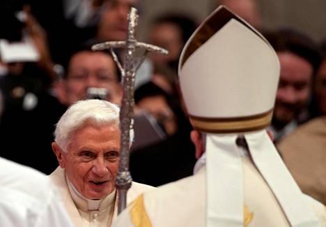 Paavi Benedictus (vas.) tervehtii paavi Fransiscusta Vatikaanissa vuonna 2014.