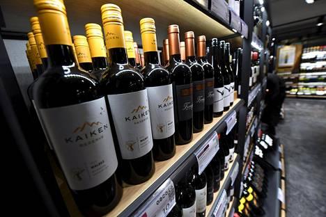 Viinihyllyn tarjontaa Alkon myymälässä Helsingissä syyskuussa 2017.