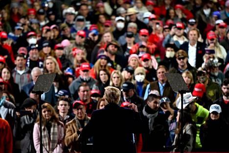 Yleisön joukossa kasvomaskien käyttäjät olivat vähemmistössä.