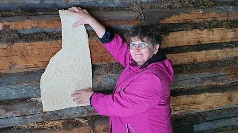 Mailis Niemelä löysi kotitalonsa remontissa palan vanhaa tapettia.