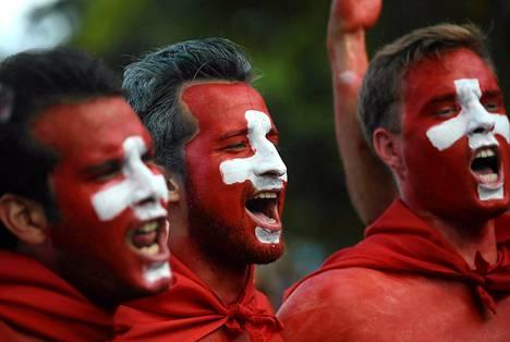 Sveitsiläiset jalkapallofanit lauloivat saapuessaan seuraamaan Sveitsin ja Ranskan välistä ottelua.
