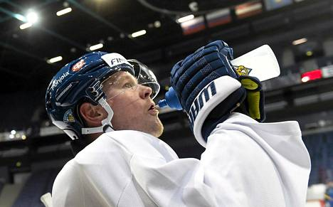 Petri Kontiola ja muut suomalaiset joutuvat odottamaan ottelun jatkoa.
