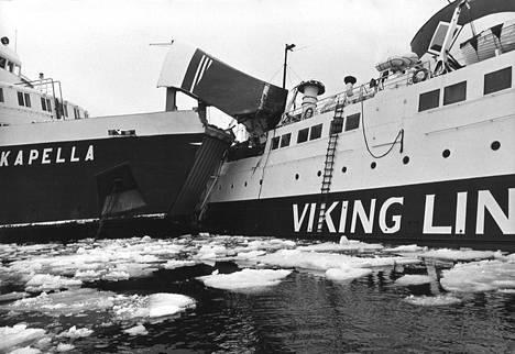 Kapellan keula työntyi Viking-laivan oikeanpuoliseen kylkeen keskiosan ja perän väliin yhteentörmäyksessä Maarianhaminan satamassa.