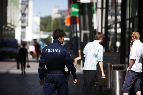 Länsi-Uudenmaan poliisi tekee kenttätyötä Espoossa nuorten parissa.
