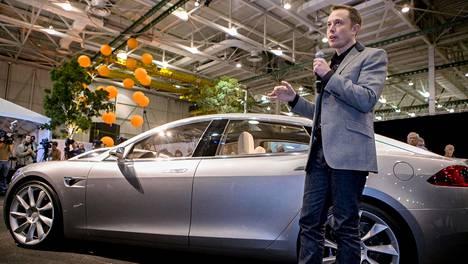Tesla Model S -auton prototyyppi ja Teslan toimitusjohtaja Elon Musk, josta tuli maailman rikkain ihminen viime viikolla.