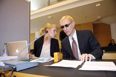 Mallitoimistoyrittäjä Tero Eronen asianajajansa Laura Kallioisen kanssa Helsingin käräjäoikeudessa kesällä 2012.