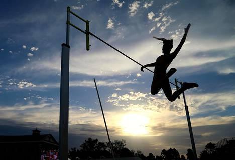 Englantilainen Abigail Roberts ylittää riman naisten seiväshypyssä Nitro-sarjan yleisurheilukisoissa Melbournessa Australiassa torstaina.