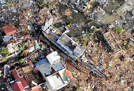 Ilmakuvassa näkyy Haiyan-taifuunin jälkeen jättämä tuho Taclobanin kaupungissa.