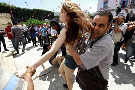 Tunisian poliisi otti Femen-aktivistin kiinni viime kuun mielenosoituksessa, jolla ryhmä vastusti tunisialaisen Femen-jäsenen pidätystä.