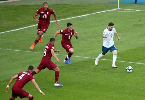 Lionel Messi ottelussa Venezuelaa vastaan perjantaina. Argentiina voitti ottelun lukemin 2-0.
