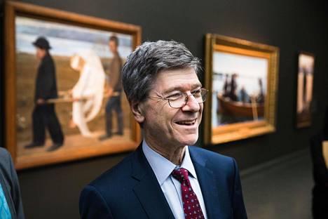 Columbian yliopiston professori Jeffrey Sachs oli perjantaina Suomessa presidentti Tarja Halosen kutsumana. Hän puhui Helsingin yliopistolla järjestetyssä kestävän kehityksen tutkimuksen tapahtumassa. Hän tutustui myös Ateneumin taidemuseoon.