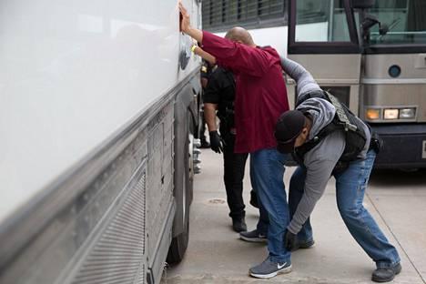Yhdysvaltain maahanmuutto- ja tullipoliisi ICE:n agentti teki ruumiintarkastuksen laittomaksi siirtolaiseksi epäillylle ihmiselle Texasin Allenissa 3. huhtikuuta.