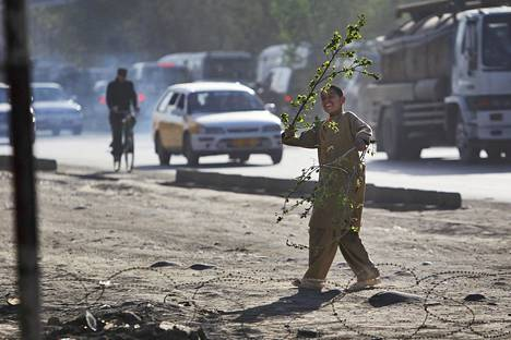Poika leikki risulla Afganistanin Kabulissa vuonna 2010.